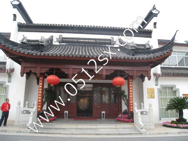 这个就是中国刺绣艺术馆的大门了,别看它大门蛮小的,但是里面可是柳暗花明又一村啊,一些高档的苏绣作品就在里面展览着,每幅苏绣作品的价格都不菲噢